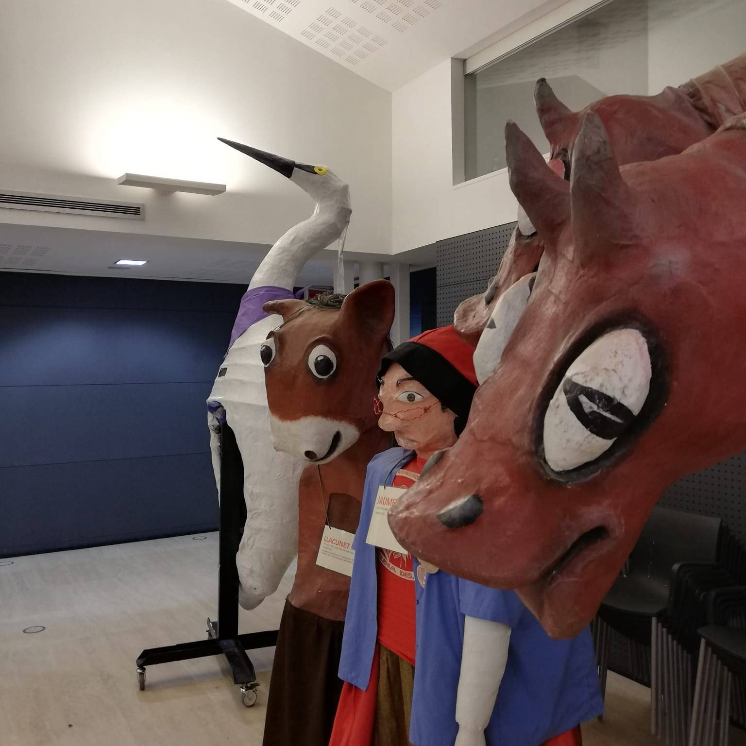 Tina i capgrossos d'altres escoles a l'exposició de Can Saladrigas